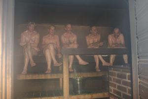 Miehet saunassa